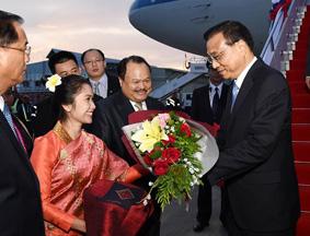 李克强抵达万象瓦岱机场 老挝青年献花