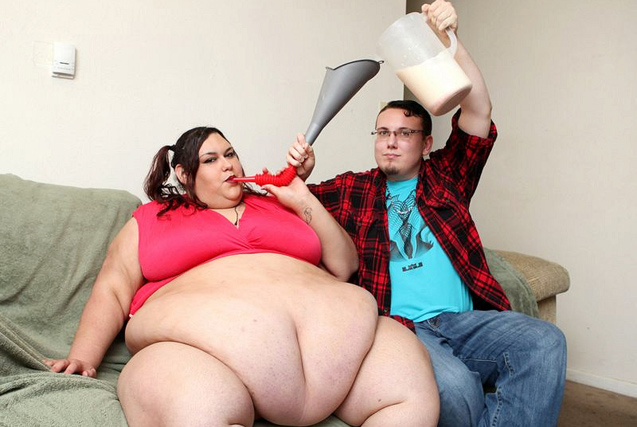 美女子欲增肥到900斤 靠男友漏斗喂饭