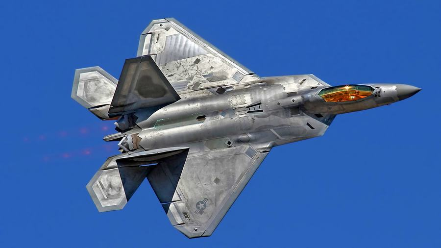 而这组图中显示了f22的机库,内部停放了多架f22战斗机.