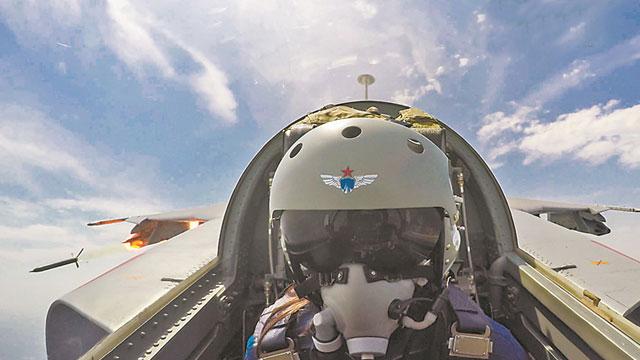 女飞行员瞄准发射机载导弹呼啸而出