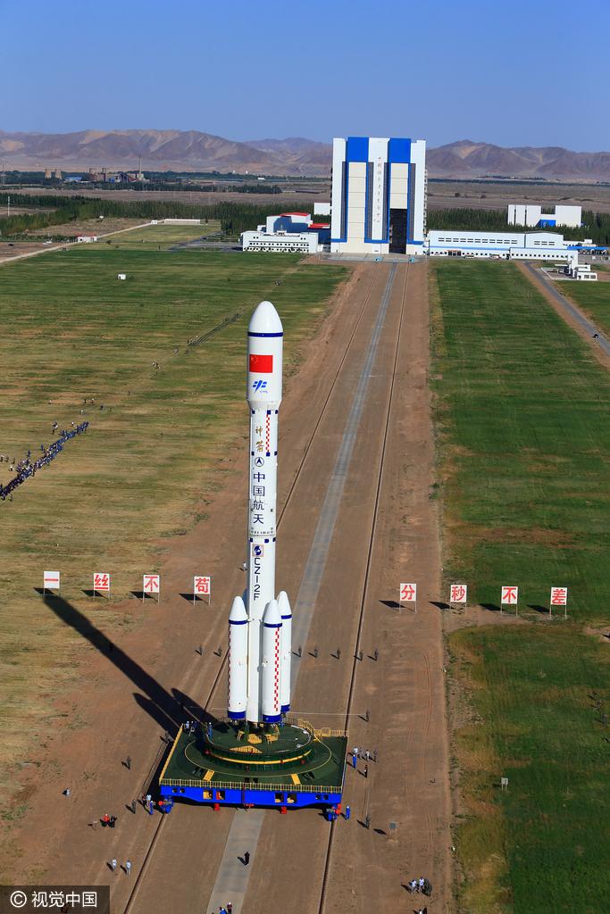 甘肃酒泉:天宫二号火箭垂直转运至发射塔架