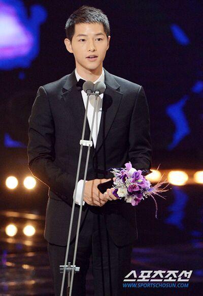 宋仲基获韩流最佳男演员 称宋慧乔是最佳伙伴
