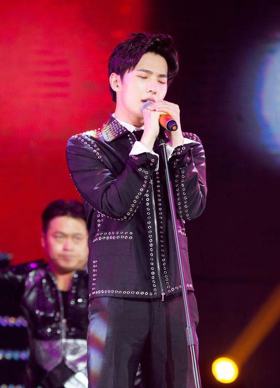 杨洋生日会首唱新歌 刘亦菲与恩师助阵惊喜不断