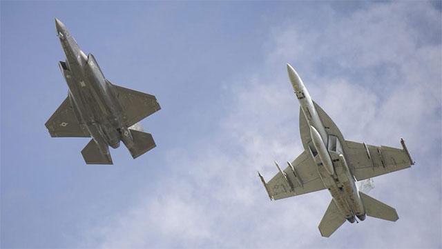 F35参加军演和F18配合虐F16