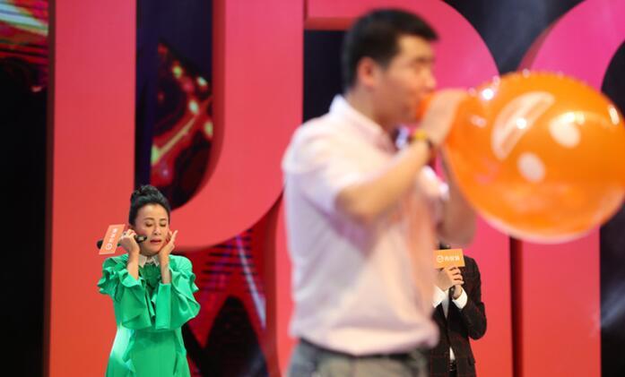 刘嘉玲被气球吓到捂耳惊恐