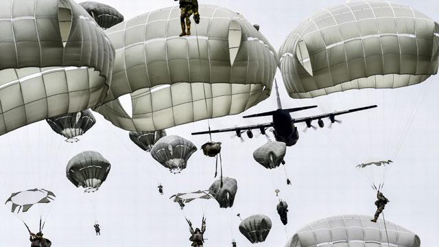 看看美军如何密集空投伞兵