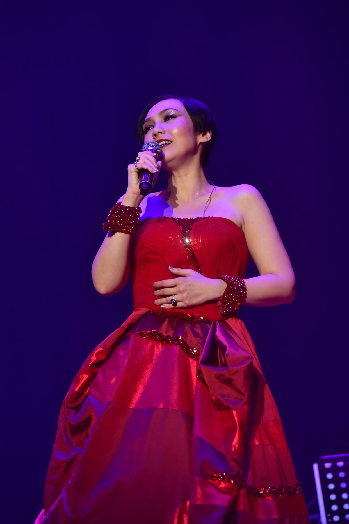 陈洁仪演唱会完美收官 歌迷为其过生日