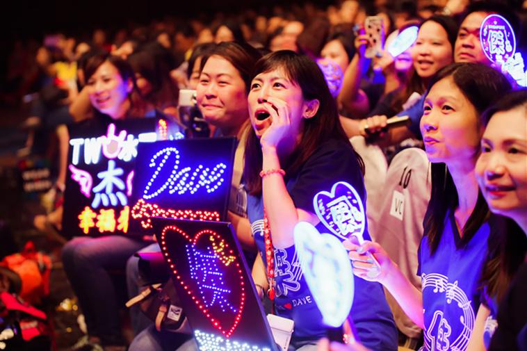 王杰新加坡开唱人气火爆  现场狂欢引合唱