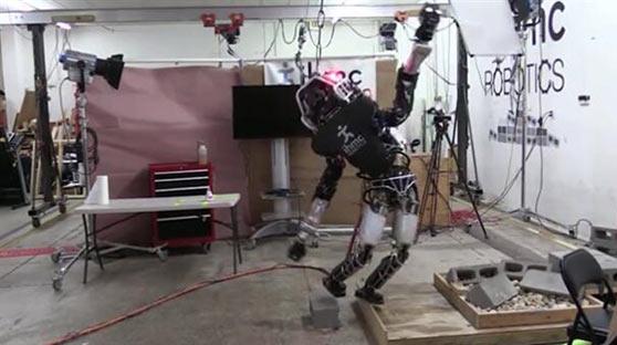 美国最强人形机器人进步神速 桩上金鸡独立