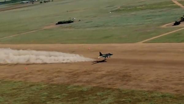 俄军苏25在渣土跑道上就能起降