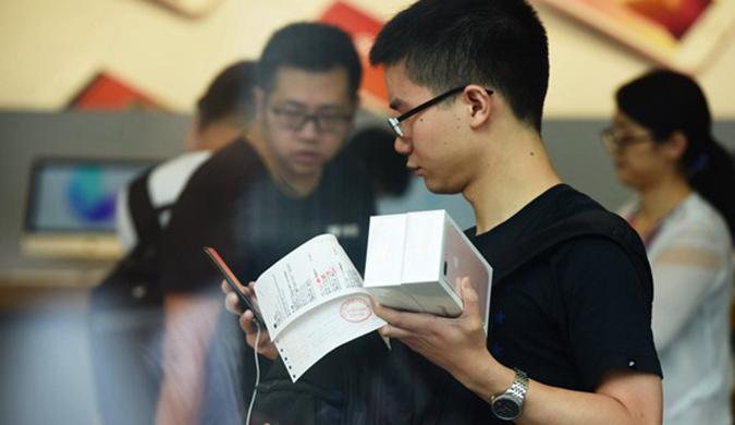 iPhone7及7plus中国发售 黄牛现场加价收购