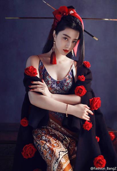 太魅惑!范冰冰拍古典写真 吊带旗袍蕾丝扇