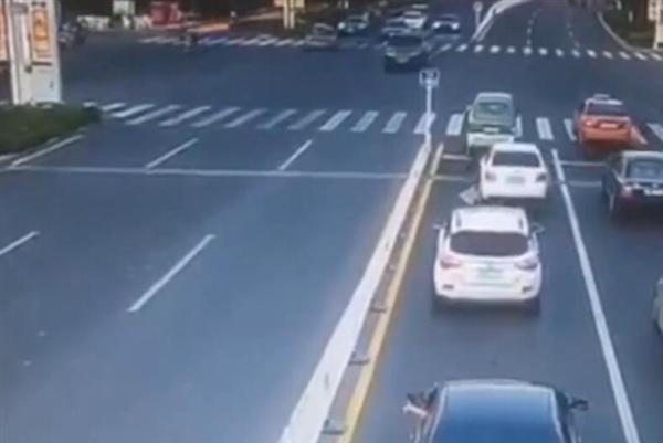 河北路虎起步3秒爆炸:车体碎片飞溅整条街