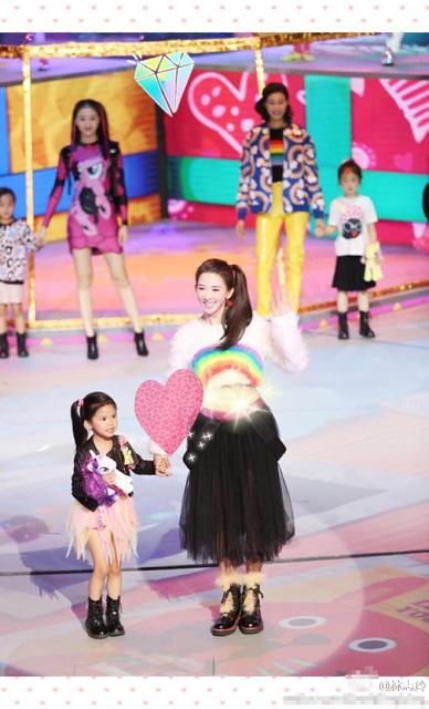 林志玲和小朋友一起玩耍 变身大姐姐少女感爆棚