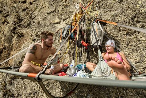 攀岩女神挑战垂直坡度 挂半空睡觉