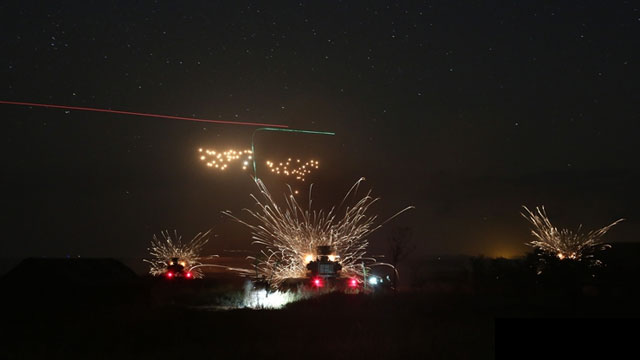 陆军演习夜间双方战车对轰