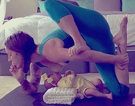 辣妈边喂奶边做瑜伽