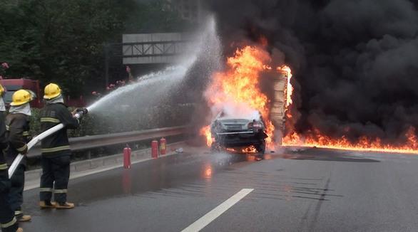 汽车自燃不要慌张 一把裁纸刀可帮助逃生