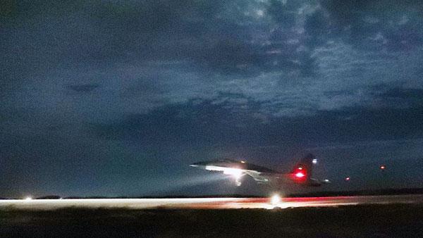 歼11战机中秋夜借月光返航降落