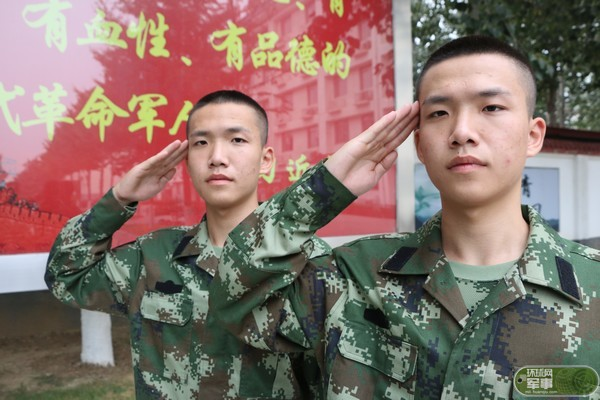 北京武警第九支队迎来双胞胎新兵 班长分不清