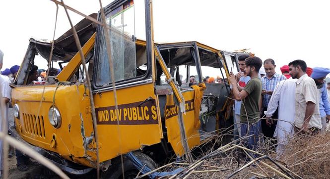 印度一载50人校车翻入沟渠 至少五名学生死亡多人失踪