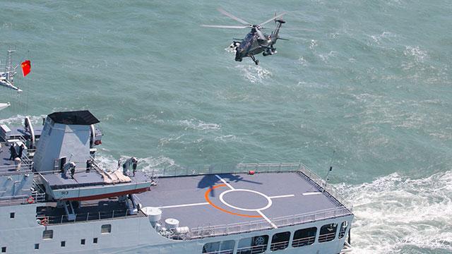 直10武装直升机降落坦克登陆舰