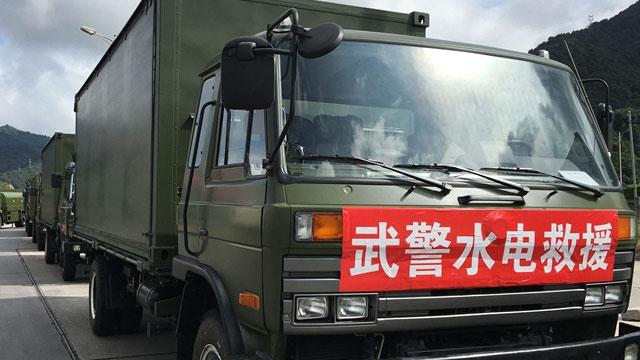 厦门台风后武警水电部队抢进灾区