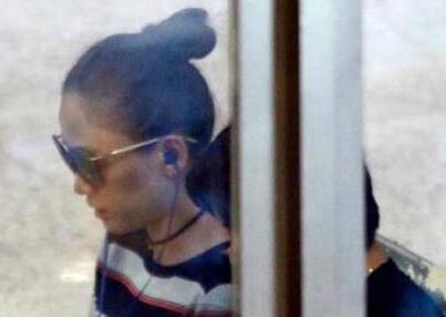 陈乔恩现身机场一脸憔悴,戴着墨镜偷偷抹眼泪