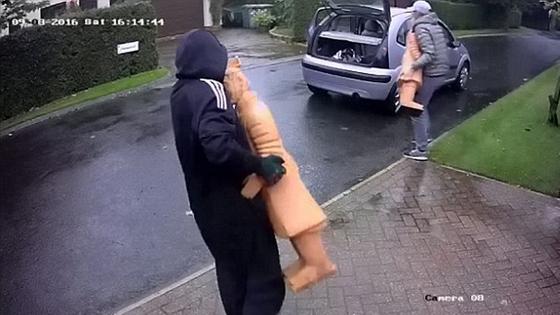 英媒:英国人复制兵马俑摆门口 却被贼抱走