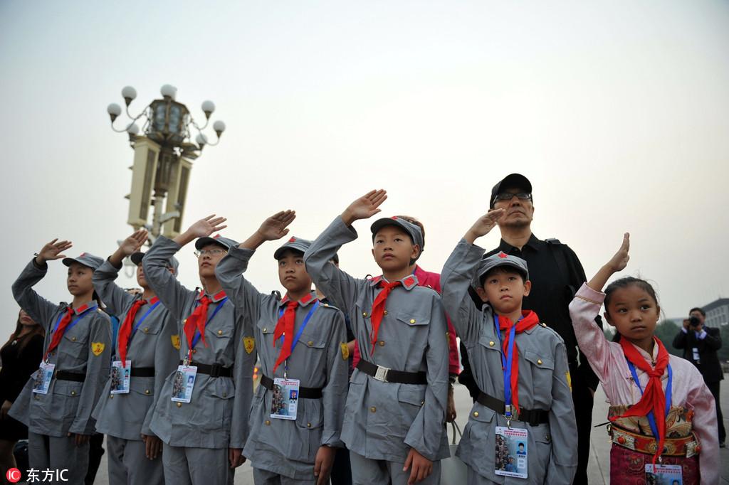 革命老区小学生敬礼国旗卫士 手拉手迎长征胜利80周年