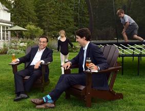 两国总理夫妇在官邸外湖边小坐交谈