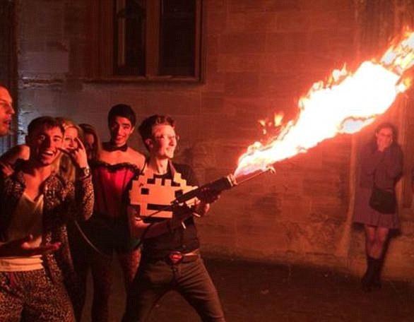 牛津大学男生被控性侵同学违规携带自制喷火器