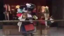 每日一笑:男子陪老婆逛街全身挂满购物袋