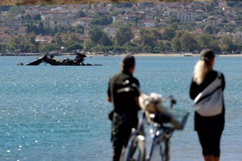 阿帕奇武直军演玩脱钻进海里