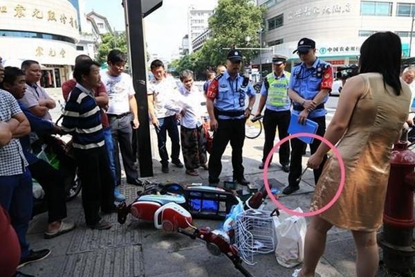 女子骑车逆行被罚 叫嚣交警:互相伤害啊!