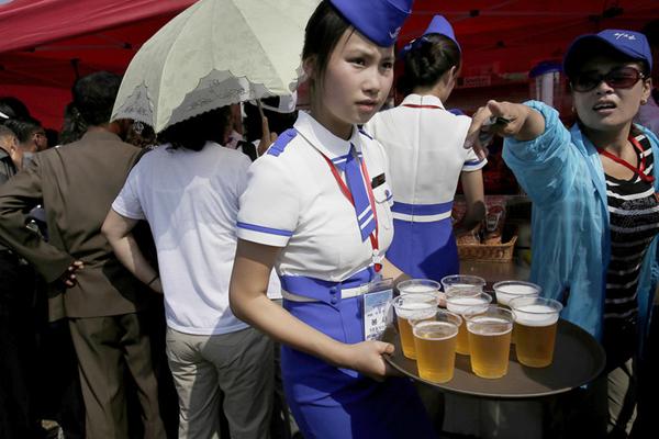 朝鲜举办航空节飞行表演 人们喝啤酒观看