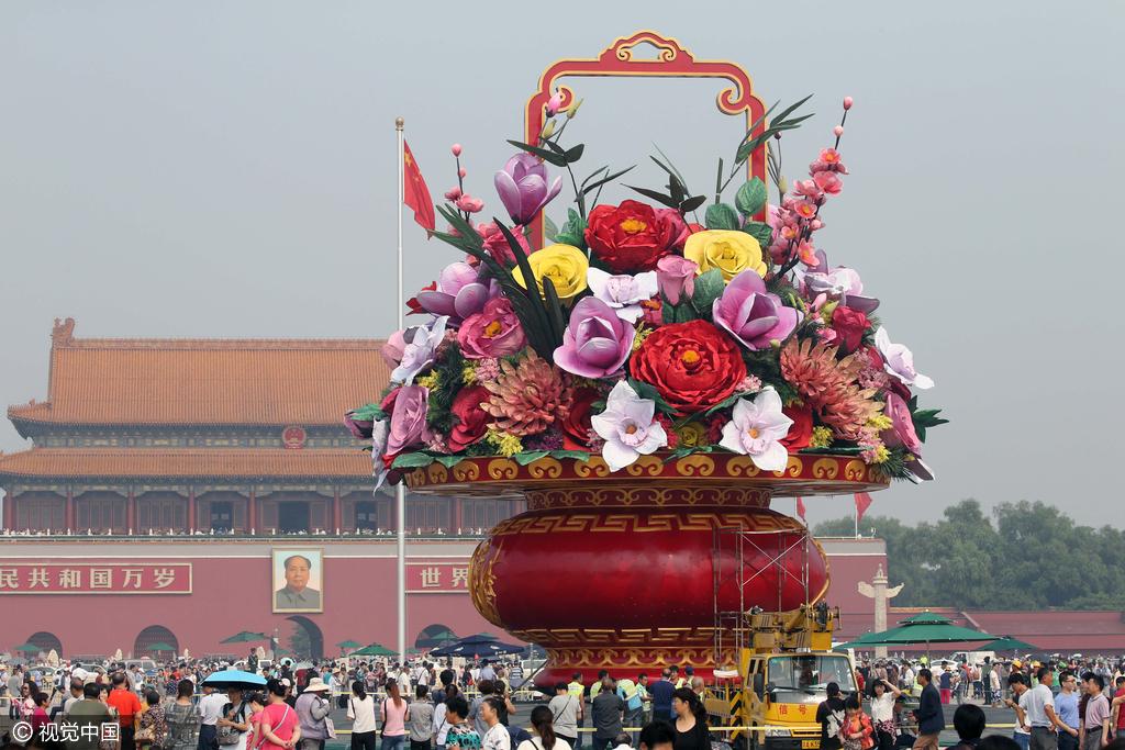 天安门国庆花坛主体亮相 游客观赏拍照