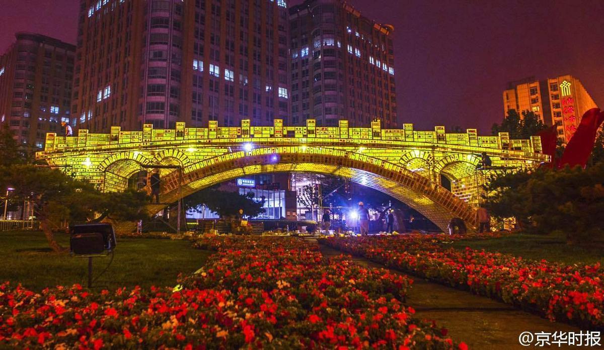 """北京长安街现""""土豪金""""版赵州桥"""