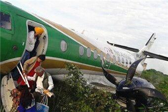 尼泊尔客机冲出跑道 起落架被扯掉