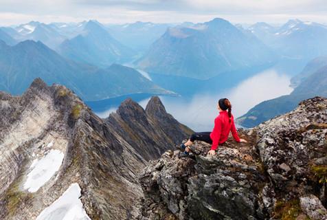 挪威工人为女友拍站在世界之巅系列照