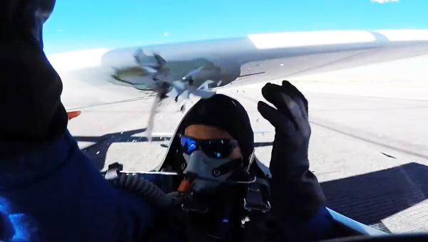惊魂!飞行员险被机翼削脑袋