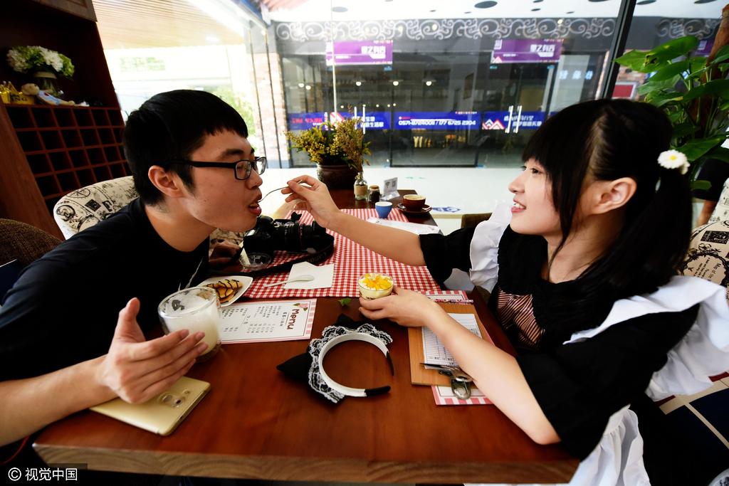 杭州现女仆咖啡馆 美女大学生亲自喂饭