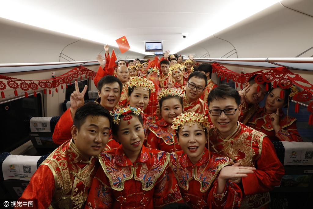 郑州48对新人火车上办集体婚礼 动车成为最贵婚车