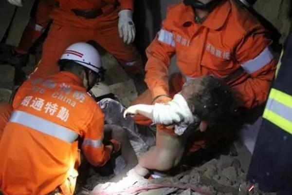 民房倒塌埋压4人 废墟下父亲紧抱年幼女儿