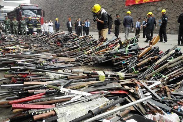 警方缉枪治爆:近4000刀枪变铁水