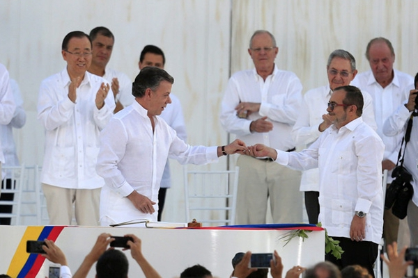 哥伦比亚结束52年血腥内战 多国领导人见证签署和平协议