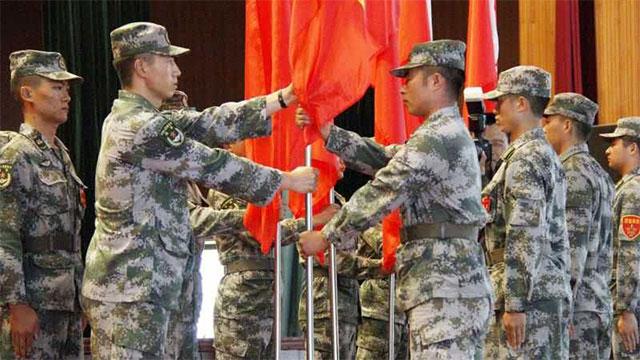 装甲团新兵授旗成为新兵第一步