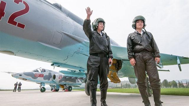 朝鲜首次航展女飞行员很瞩目