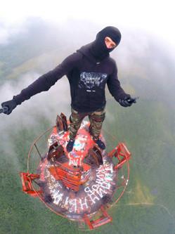 俄少年351米高电视塔上玩自拍令人眩晕
