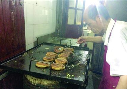 上海最火葱油饼摊遭监管责令停业 被指无证经营